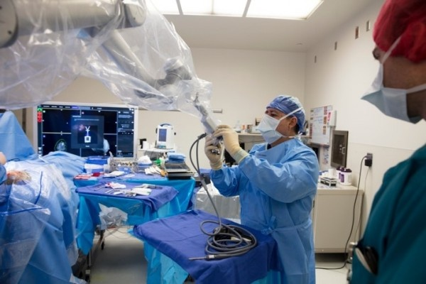 Cedars-Sinai neurosurgeons have begun using a high-definition imaging device to...