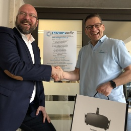 Dr. Pelzer, Radiology in Greven (right), is delighted with the 2nd prize, a...