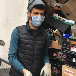 Mohammed from Spain takes care of the groceries - with due protection, of course